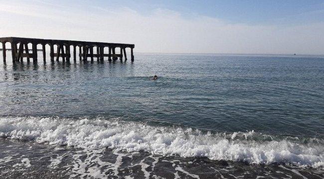 (Özel) Soğuğa aldırmadan denize girdiler