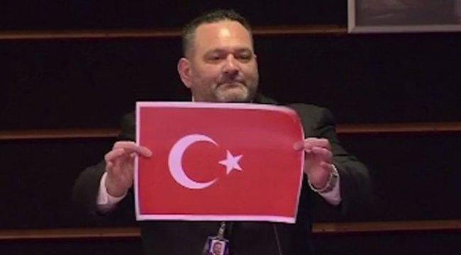 Son dakika! AP'den Türk bayrağını yırtan Yunan milletvekiline 4 günlük men cezası