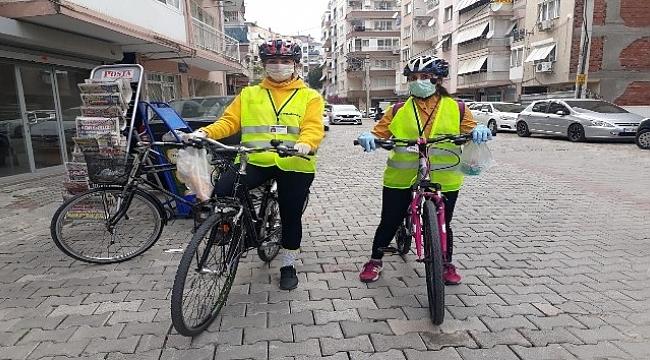 İzmir'de gönüllü ekip, yaşlılara yardım için pedal basıyor.