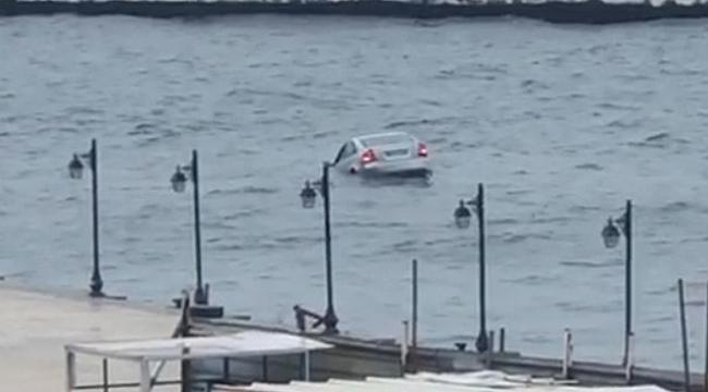 Sinop'ta denize düşen otomobilin sürücüsü kendi imkanlarıyla sudan çıktı.