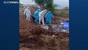 Dünyada Covid-19: Hindistan'da cesetlerin çukurlara atıldığını gösteren video tepki çekti.