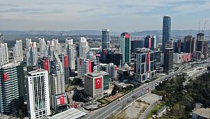 23 Nisan'da gökdelenler Türk bayraklarıyla donatıldı.