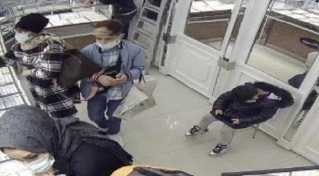 Biri oyaladı diğeri bileziği çaldı... Anbean kamerada